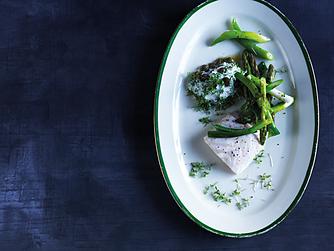 Bagt kulmule med grønne asparges og karsedip