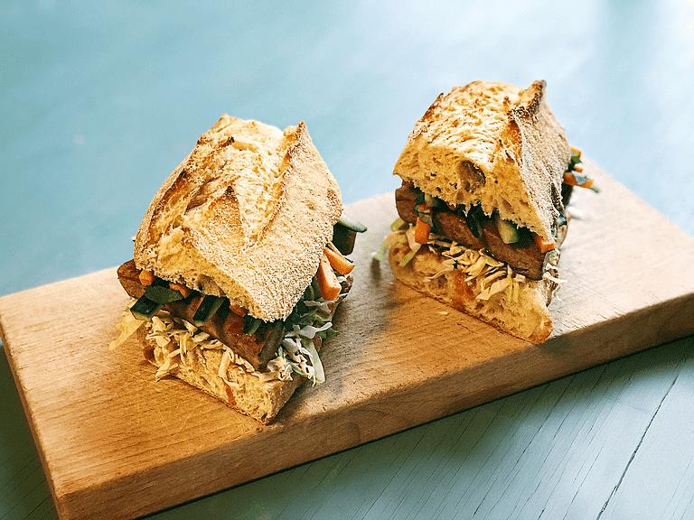 Bánh mì chay – sandwich med tofu og sød chilisauce