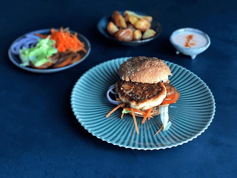 Fiskeburger med sprøde grøntsager, ovnbagte kartofler og yoghurt-dip