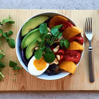 Nudel-bowl med rødkål, avocado og cashewnødder