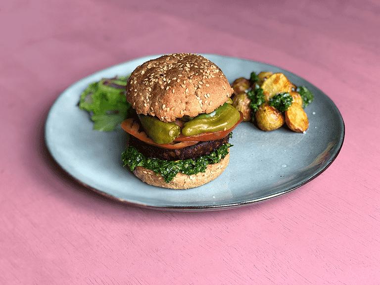 Burger med svampe-hvidløgsbøffer, syltede padrón-pebre og ovnkartofler