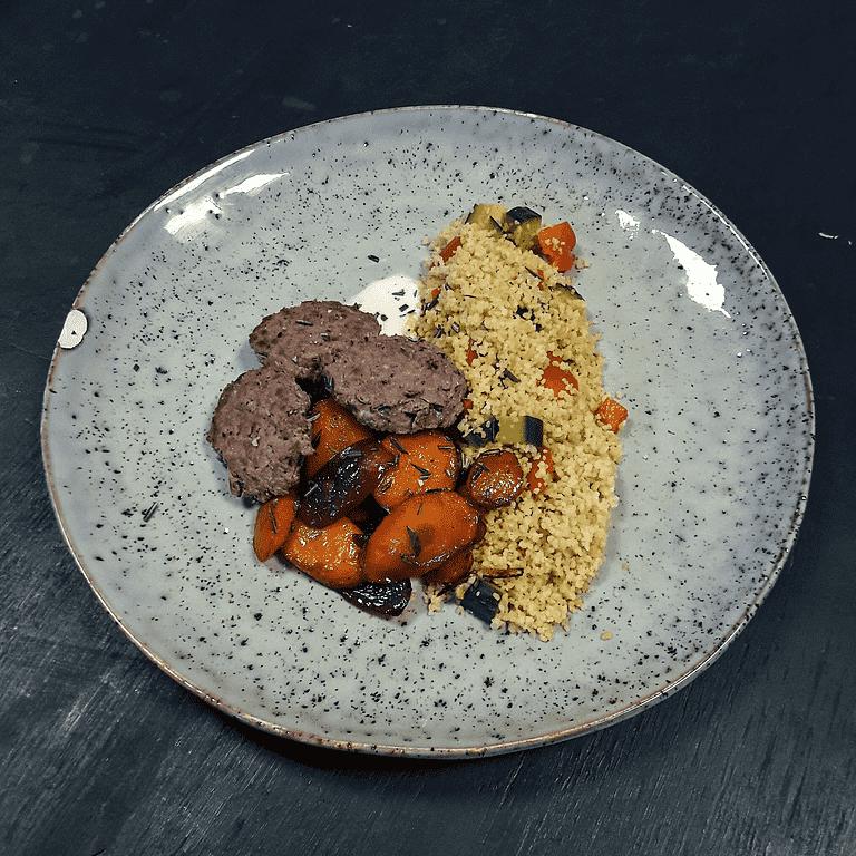 Hakkebøf og couscoussalat med agurk og peberfrugt