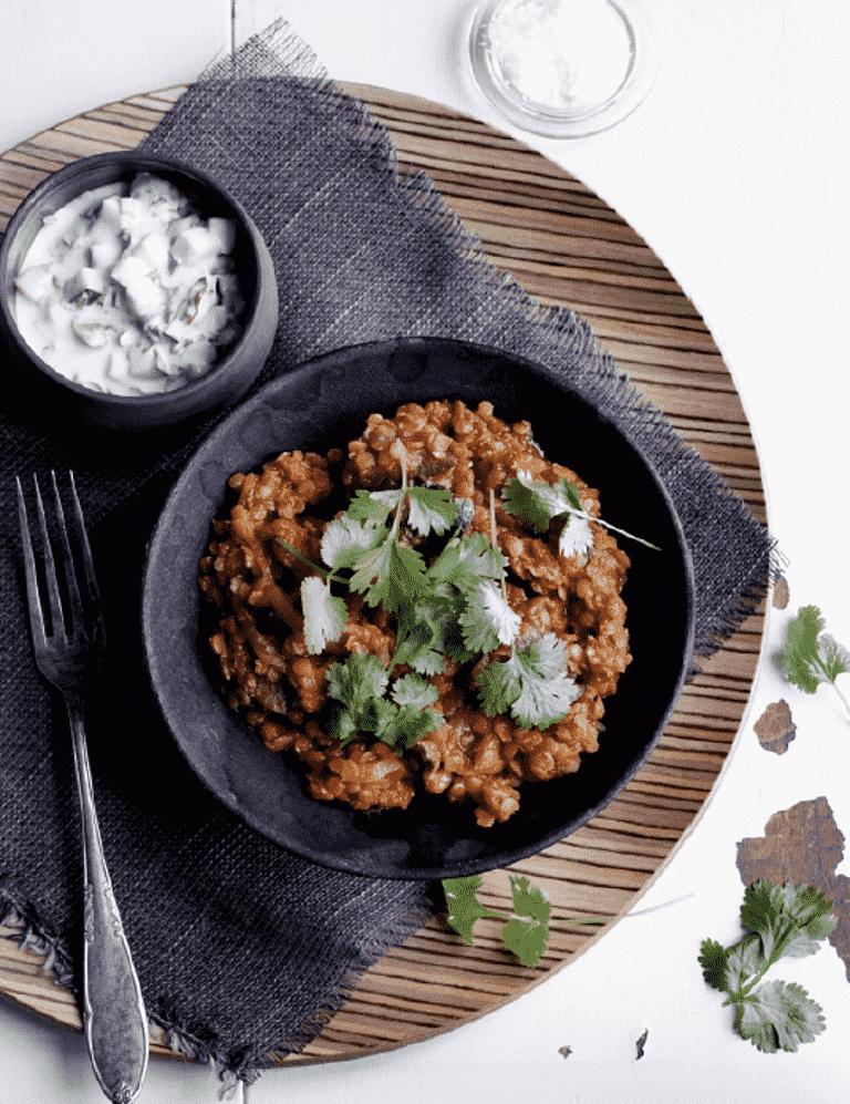 Daal med aubergine og varme krydderier og raita - opskrift fra Aarstiderne