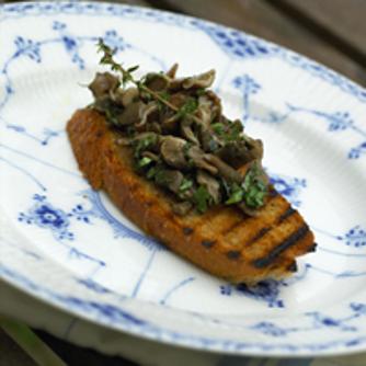 En klassiker: stegte svampe med ristet brød