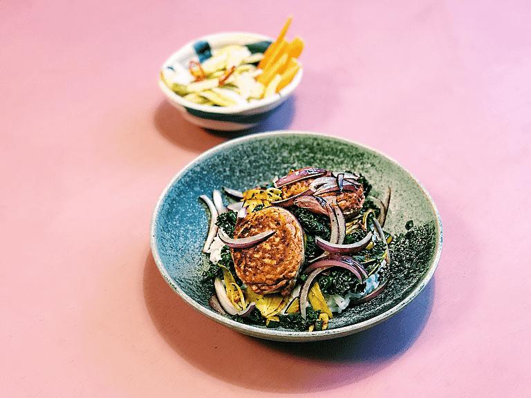 Fiskefrikadeller med æble-chilitopping, ris og karrystegte grøntsager