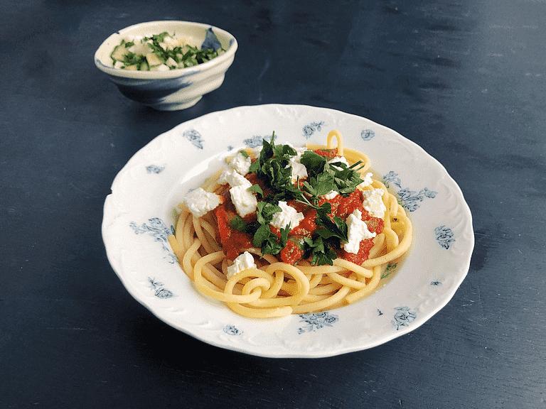 Frisk pasta med tomatsauce, flade bønner, gedeost og glaskålsalat