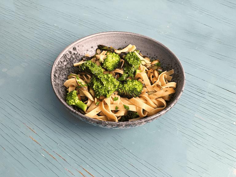 Frisk spaghetti med violette asparges, broccoli og selleritoppe