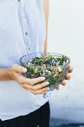 Fuglegræs, spiselige blomster og hyben med vinaigrette