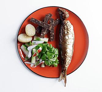 Fuldkornscroutoner med røget fisk og salat