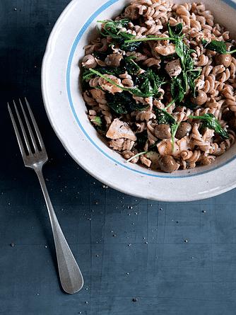 Fuldkornspasta med fisk, spinat og oliven