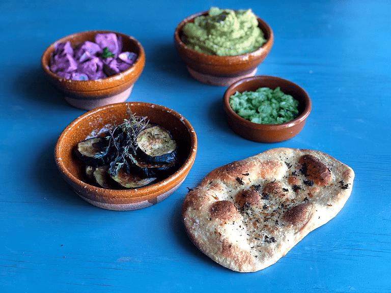 Græske meze – Rødbedesalat, flækærtehummus og bagt aubergine