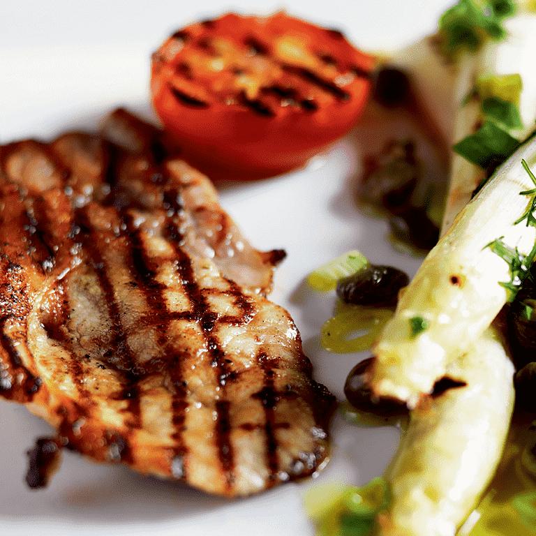 Grillede Skaftekoteletter Med Hvide Og Grønne Asparges Opskrift