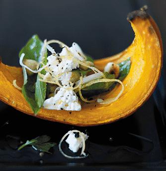 Grillet hokkaido med krydderurtesalsa, nødder og feta