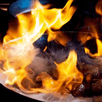 Grillet lam på spyd med sojasalsa og stegte ris