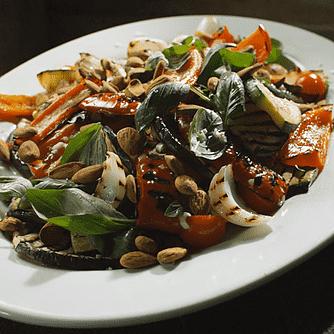 Grillet ratatouille salat med ristede mandler