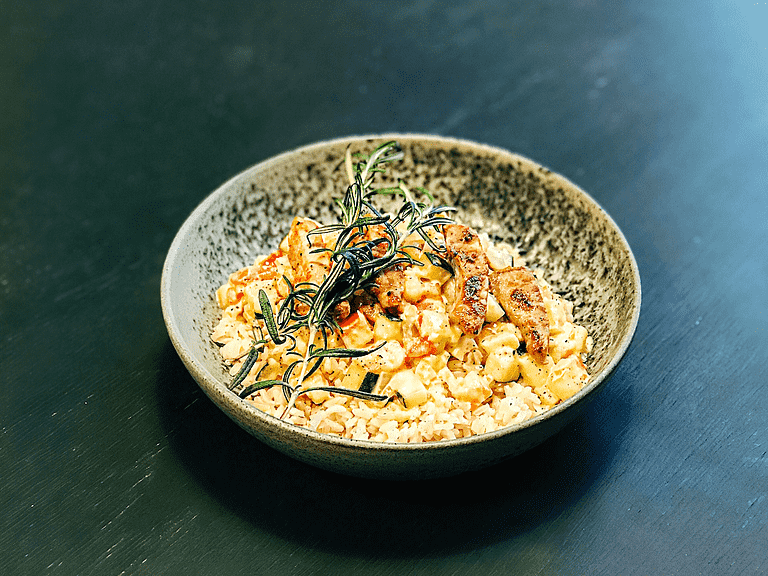 Grillet gris med rosmarin, ris og grøntsager i tomat-flødesauce