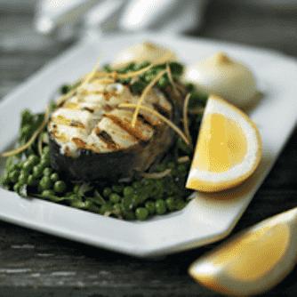 Grillet torsk med hele løg og ærter