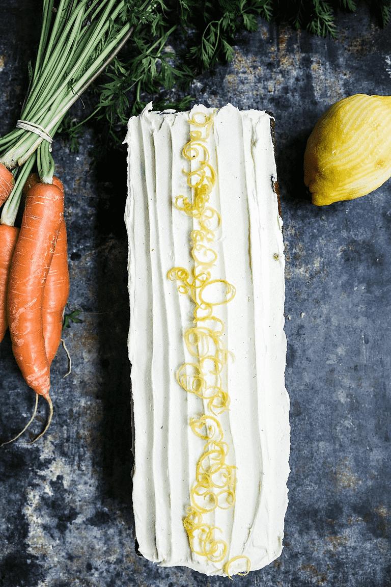 Gulerodskage med olivenolie og græskarkerner