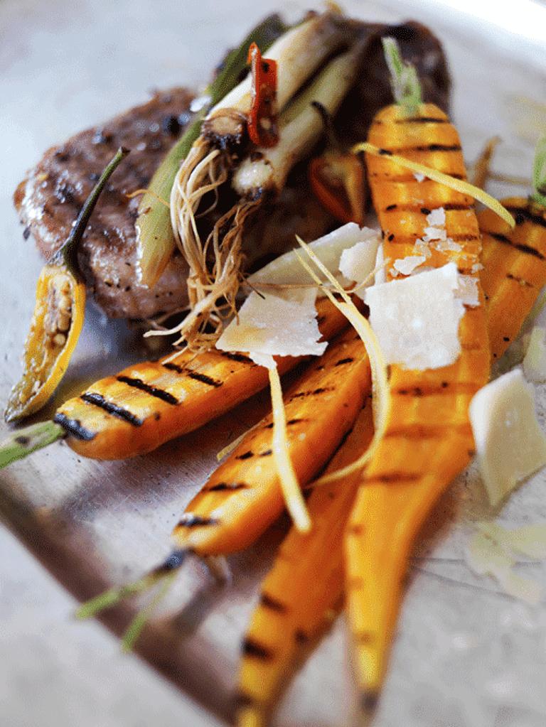 Hele grillede gulerødder og lammekoteletter med thaisauce
