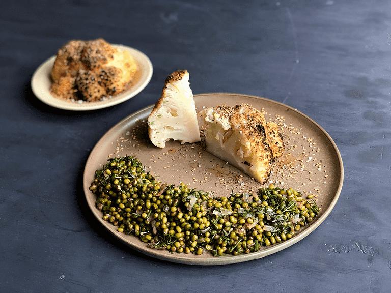 Helstegt blomkål med za'atar og lun mungbønnesalat med dild