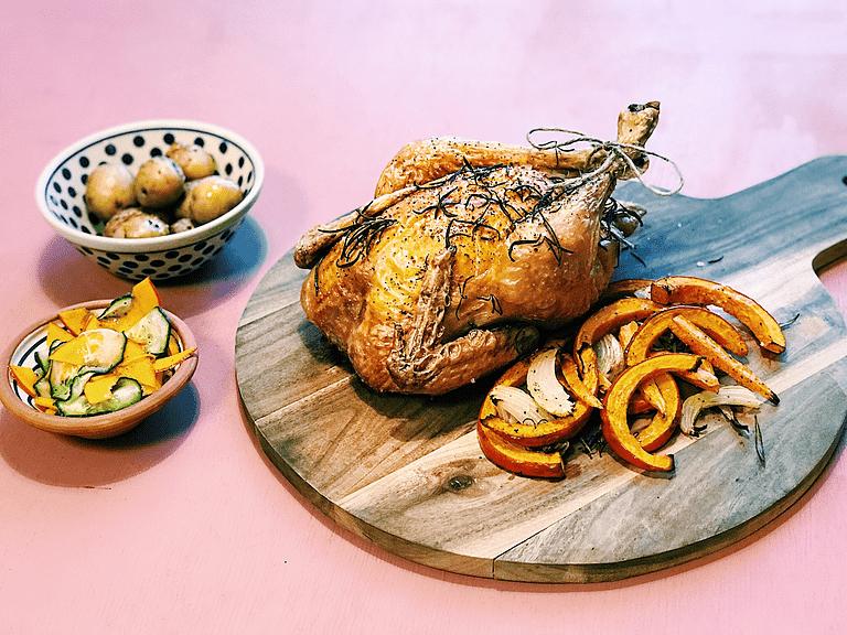 Ovnstegt kylling med bagt hokkaido, kartofler og rosmarin