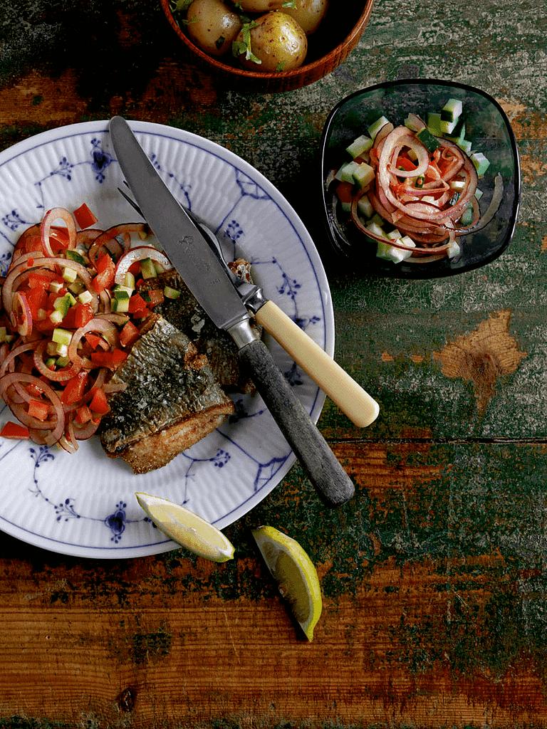 Hornfisk på arabisk med løgsalat og nye kartofler i løvstikke