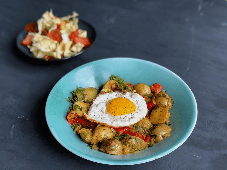 Indonesisk kartoffelcurry med spidskålssalat og spejlæg