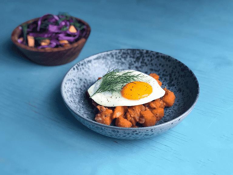 Indonesisk curry med søde kartofler, stegte æg og kålsalat med cantaloupe