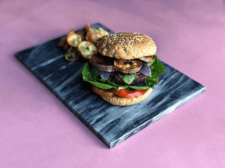 Italiensk-inspireret burger med rød basilikum, aubergine og ovnkartofler