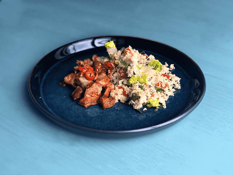 Misoglaseret kalkun og couscous med peberfrugt, frilicesalat og persille