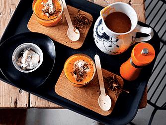 Kold gulerodssuppe med basilikum-fraiche og ristede løg