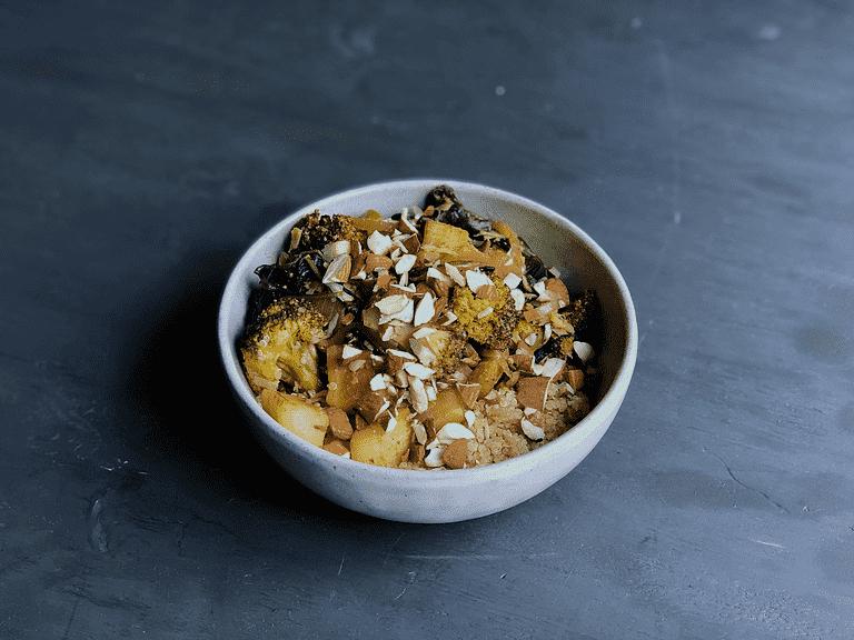 Korma-karry med yoghurt, quinoa og solsikkekerner