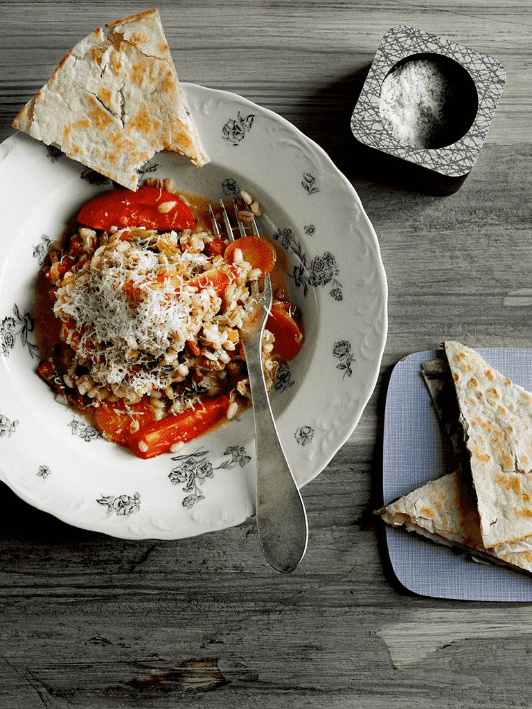 Kornotto af perlebyg med porrer og tomat med spinat-ostefladbrød