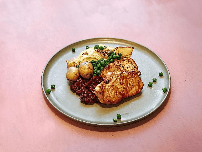 Koteletter med stegt kål, ærter og rødbedesalat