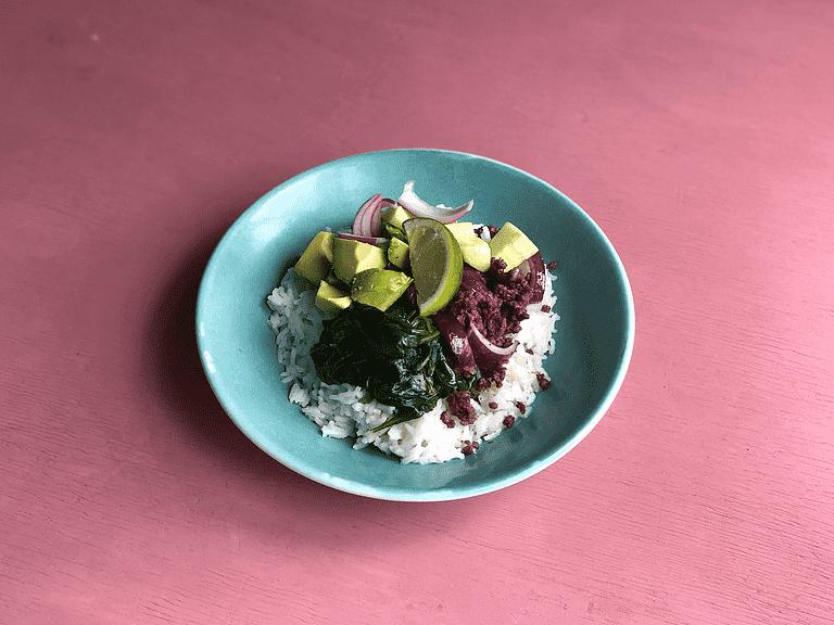 Krydret okse med ris, avocado, spinat og syrlig agurk