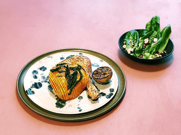 Bagt kylling, hasselback-butternut med salvie og salat med hasselnødder