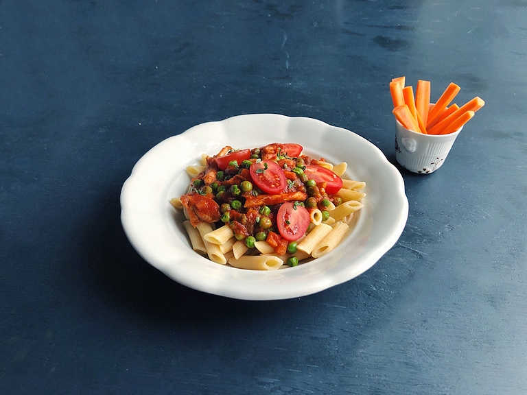 Kylling i tomatsauce med timian, ærter og pasta