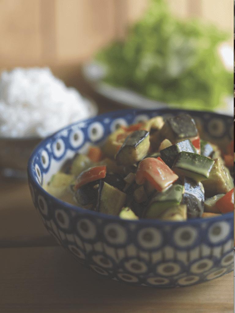 Kylling i wok med karry, kokosmælk og ris