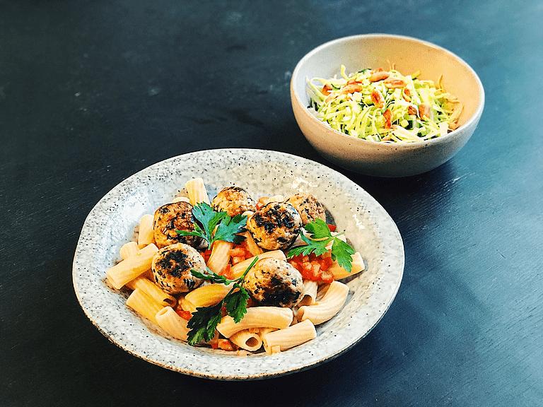 Kyllingefrikadeller med maccheroni, tomatsalsa og spidskål med cashewnødder