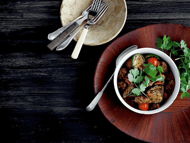 Lammegryde 'one pot' med grillet aubergine og squash