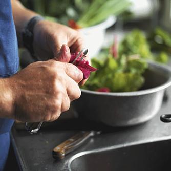 Lun nudelsalat med oksekød og champignon