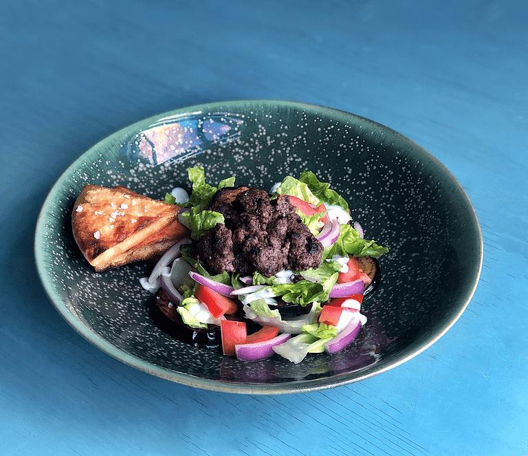 Lun salat med stegt aubergine, spicy oksekød og pitachips