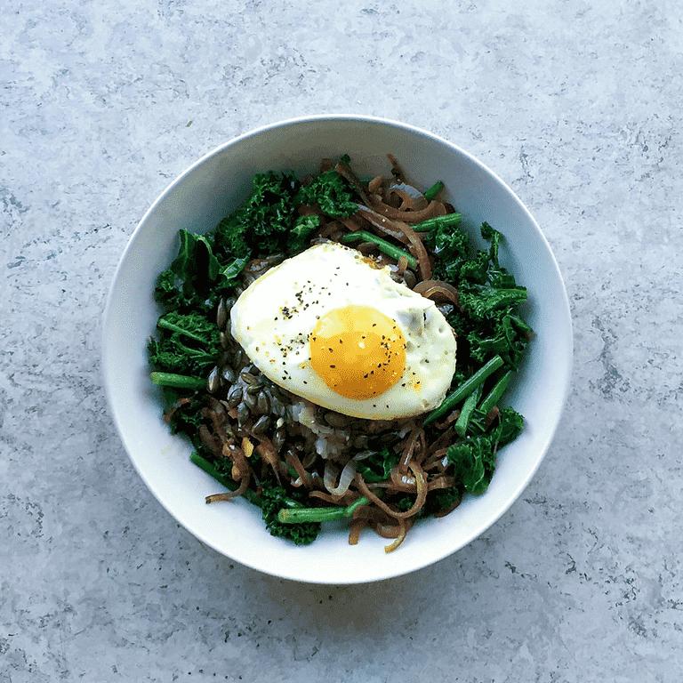 Lynstegt grønkål med brune ris, tamari og spejlæg