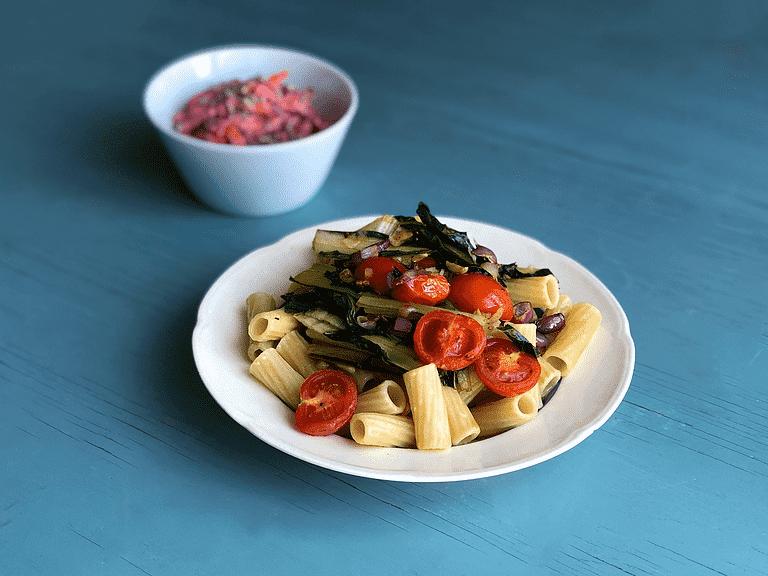 Maccheroni med catalogna, tomater og rodfrugtsalat