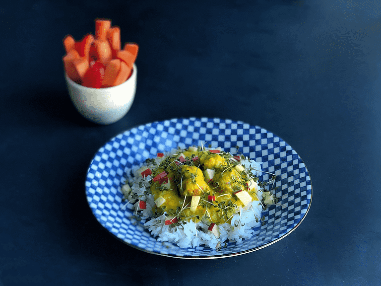 Lyn-boller i karry med ris, æble-topping og karse