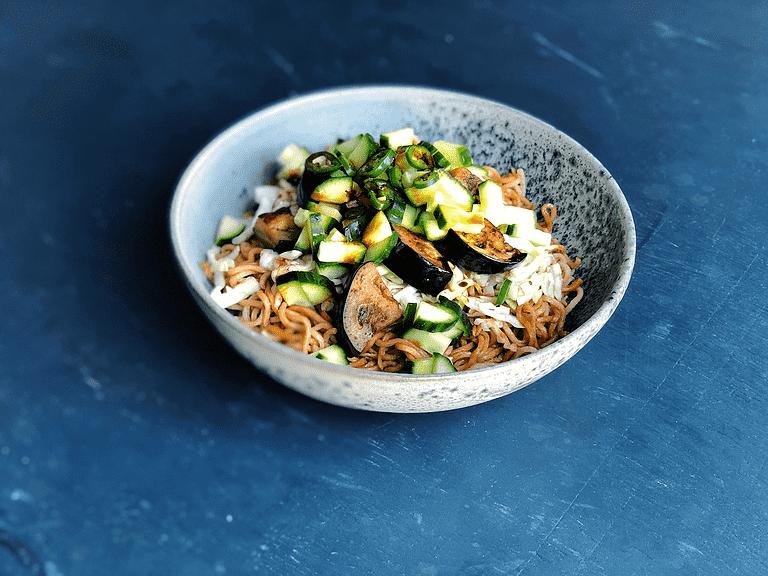 Nudler med tamaridressing, spidskål, aubergine og agurk
