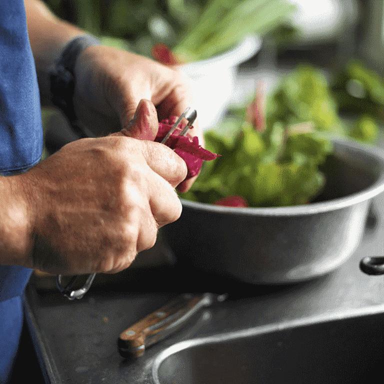 Medister med æbletopping, letstuvet grønt og kartofler