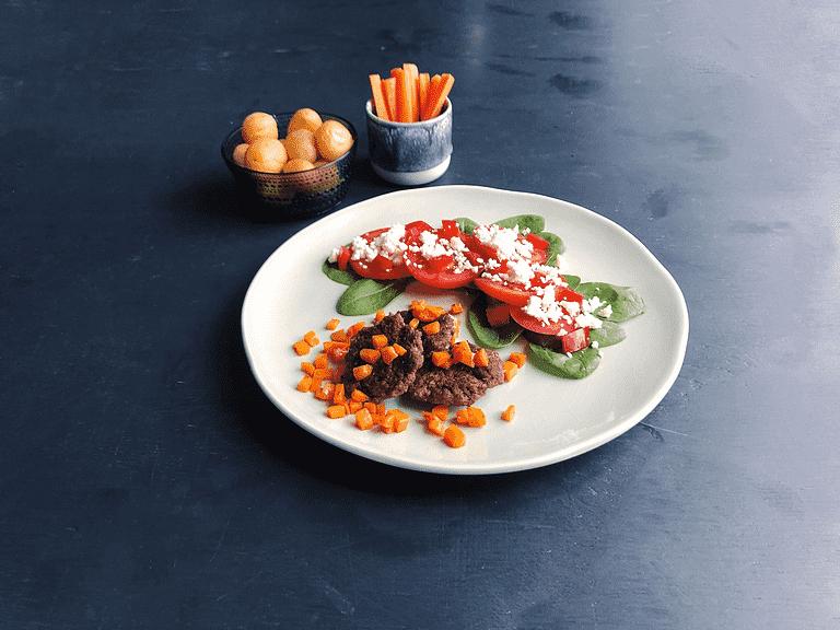 Minihakkebøffer med nye kartofler og tomatsalat med feta