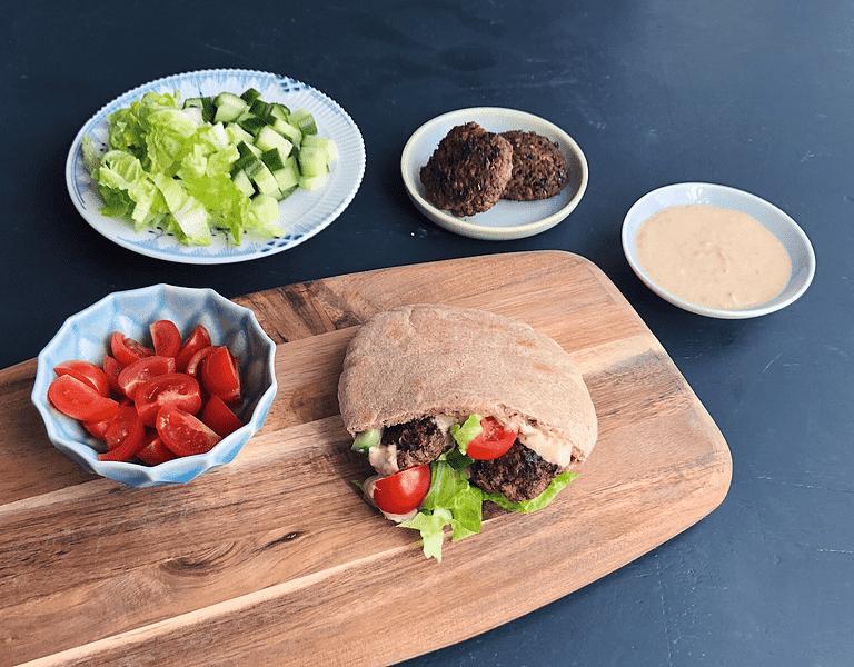 Minihakkebøffer i tortillas med sprødt grønt og krydret yoghurt