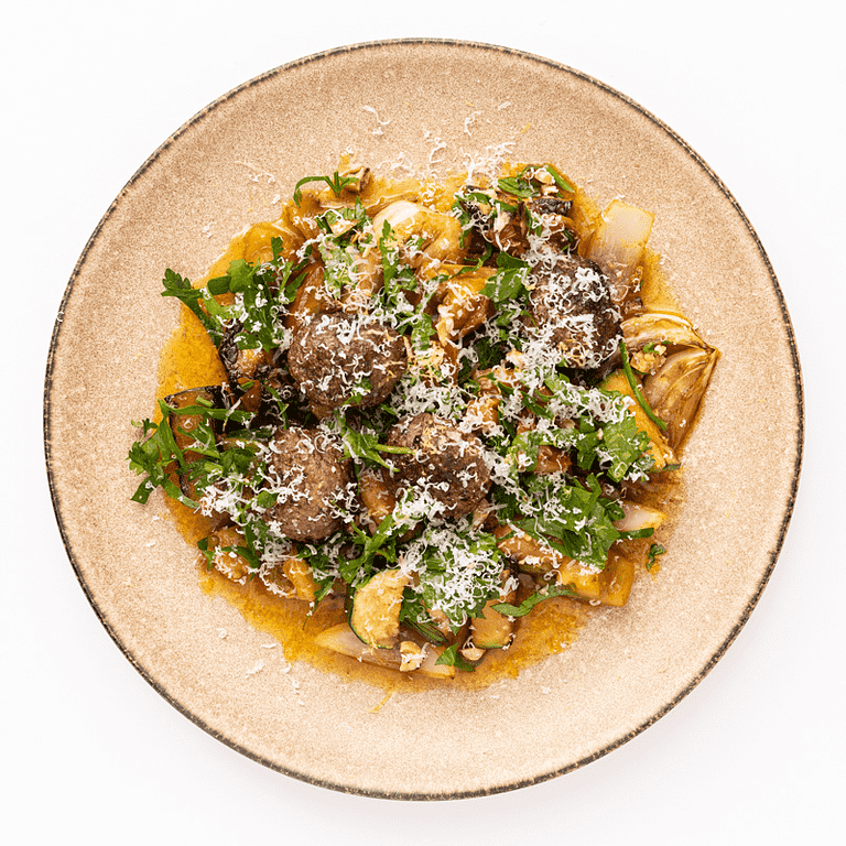 Oksekødboller med rosmarin, stegte grøntsager og parmesan
